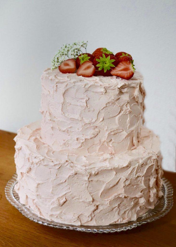 Bruidstaart met creme en verse aardbeien