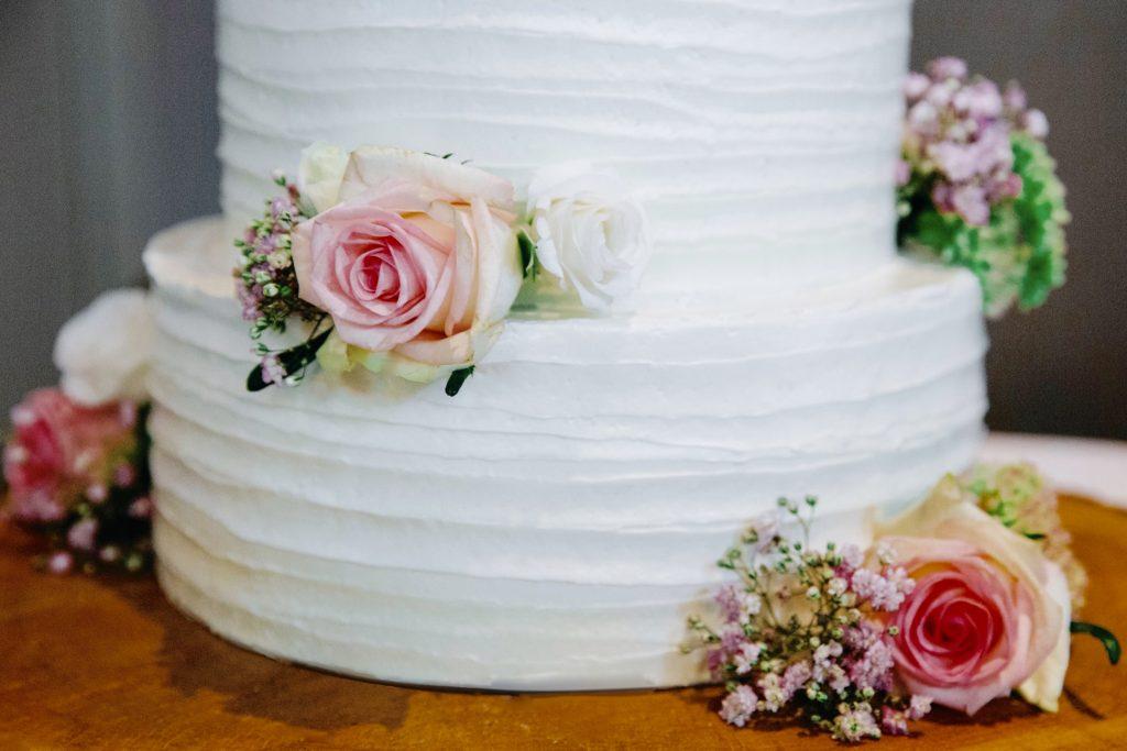 bruidstaart wit creme rozen