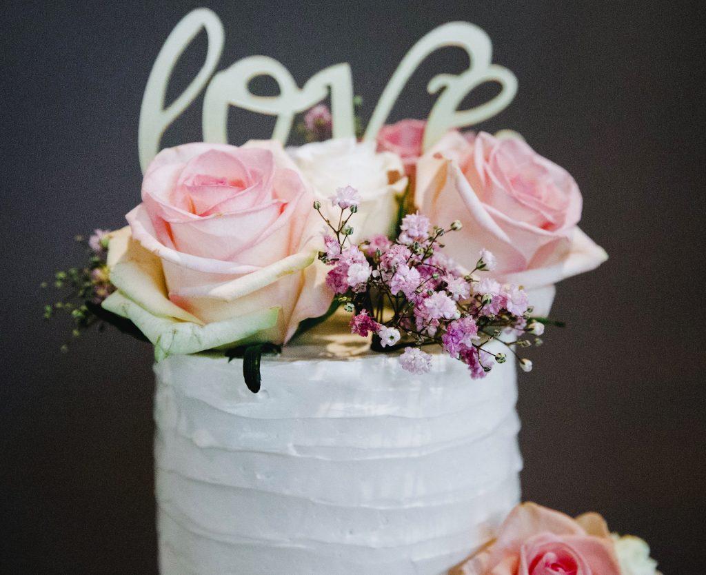 Caketopper bruidstaart met roze rozen