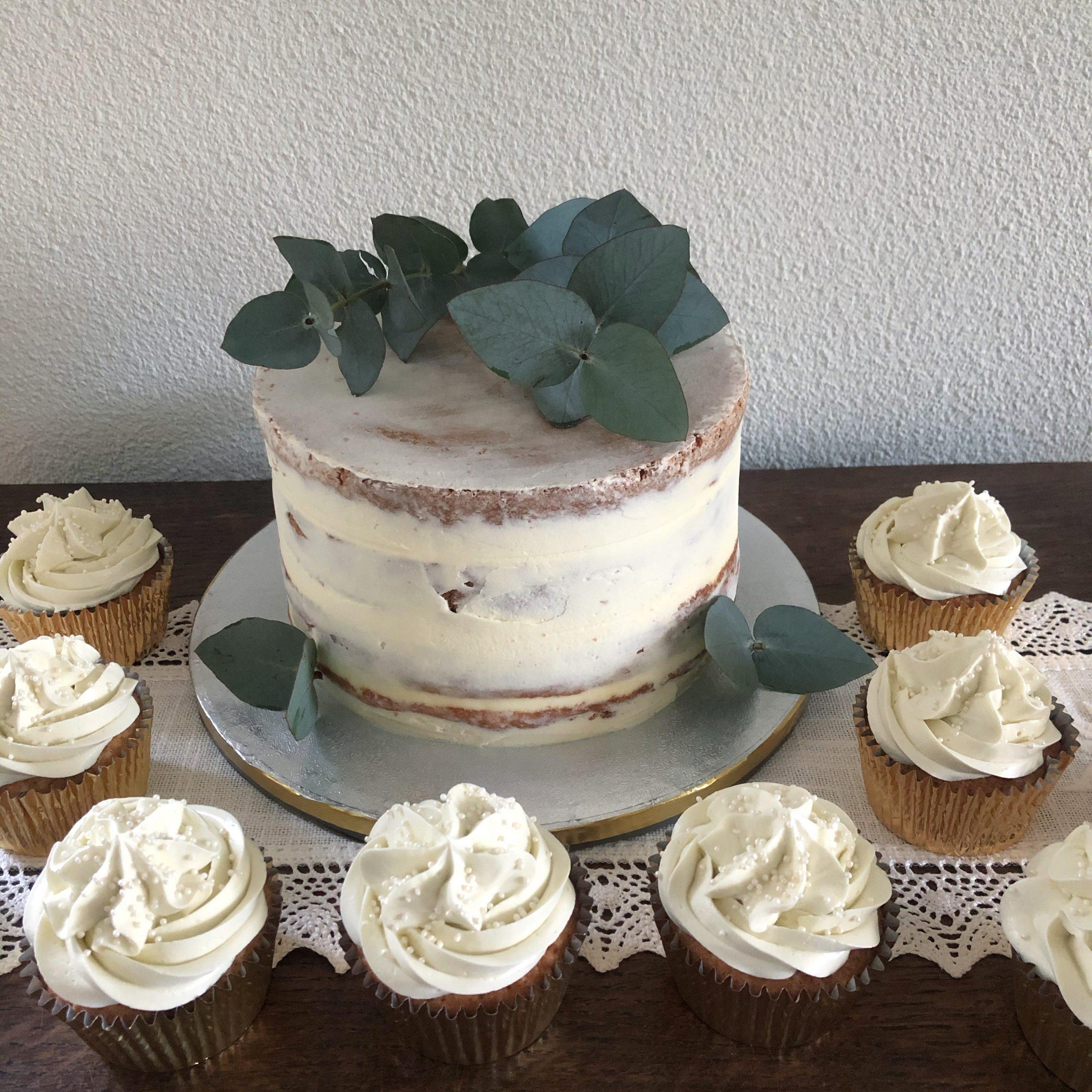 Naked cake met cupcakes