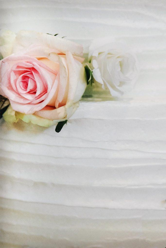 Roze roos op creme taart-M